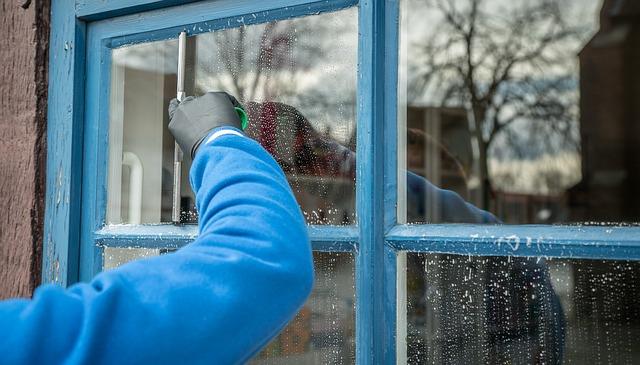 6 metod, które pozwolą Ci skutecznie i bezpiecznie wyczyścić szkło