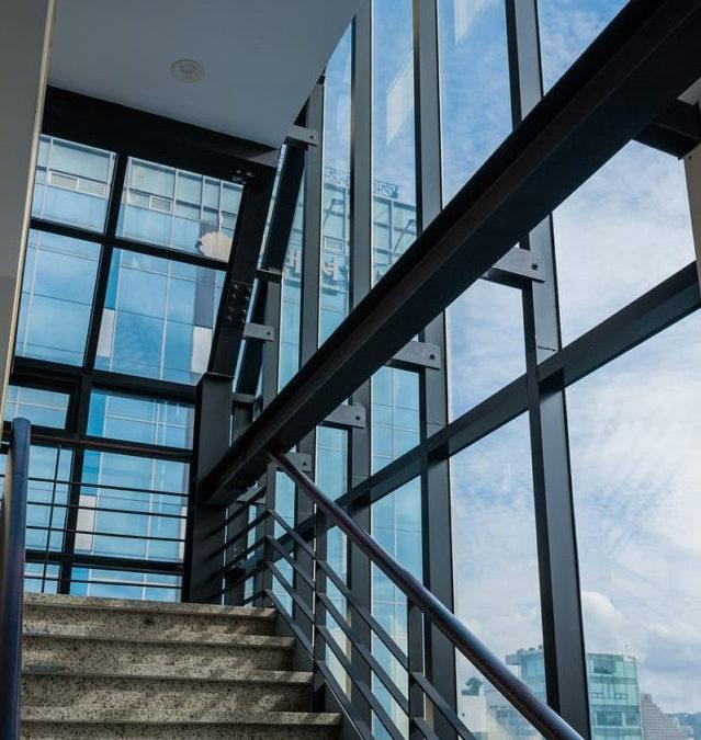 5 pomysłów na optyczne powiększenie wnętrza z wykorzystaniem szkła
