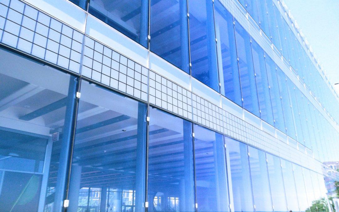 Szkło hartowane – czym się różni od zwykłego i gdzie je zainstalować? Poradnik