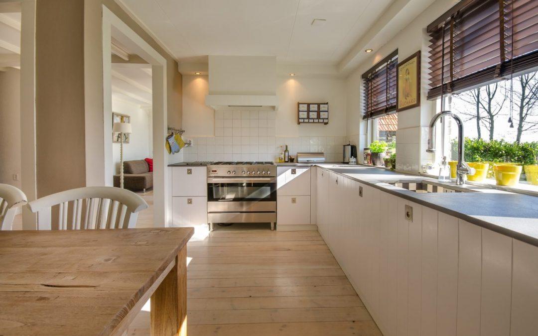 Szkło na ścianie w kuchni — 5 pomysłów na jego zastosowanie