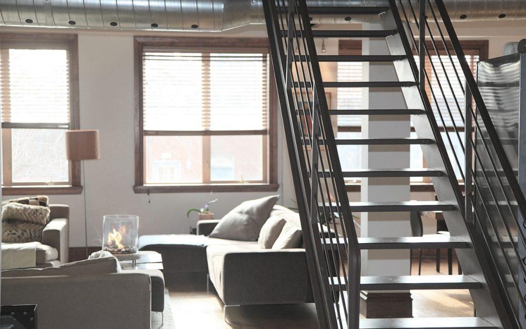 Industrialna szklana ściana i inne pomysły na urządzenie mieszkania w stylu loft