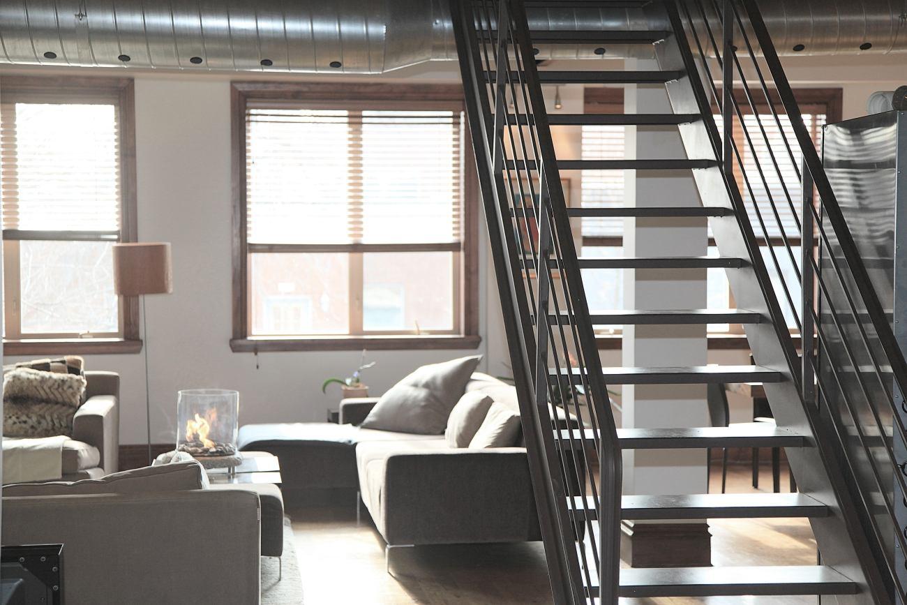 Poznaj nasze pomysły na urządzenie loftowego mieszkania przy pomocy szkła