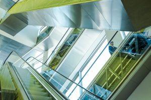 Zalety i wady szklanych balustrad na schody