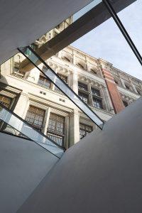 Co musisz wiedzieć o szklanych daszkach nad drzwi i balkony?