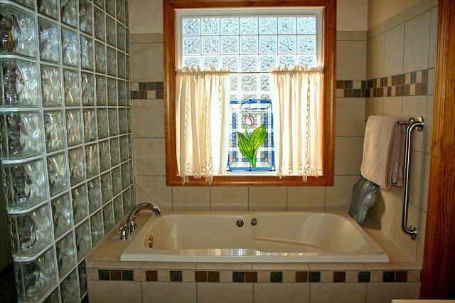 Jak optycznie powiększyć przestrzeń w małym mieszkaniu z wykorzystaniem szkła