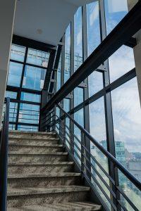 Jak szklane ściany rozjaśniają pomieszczenie?