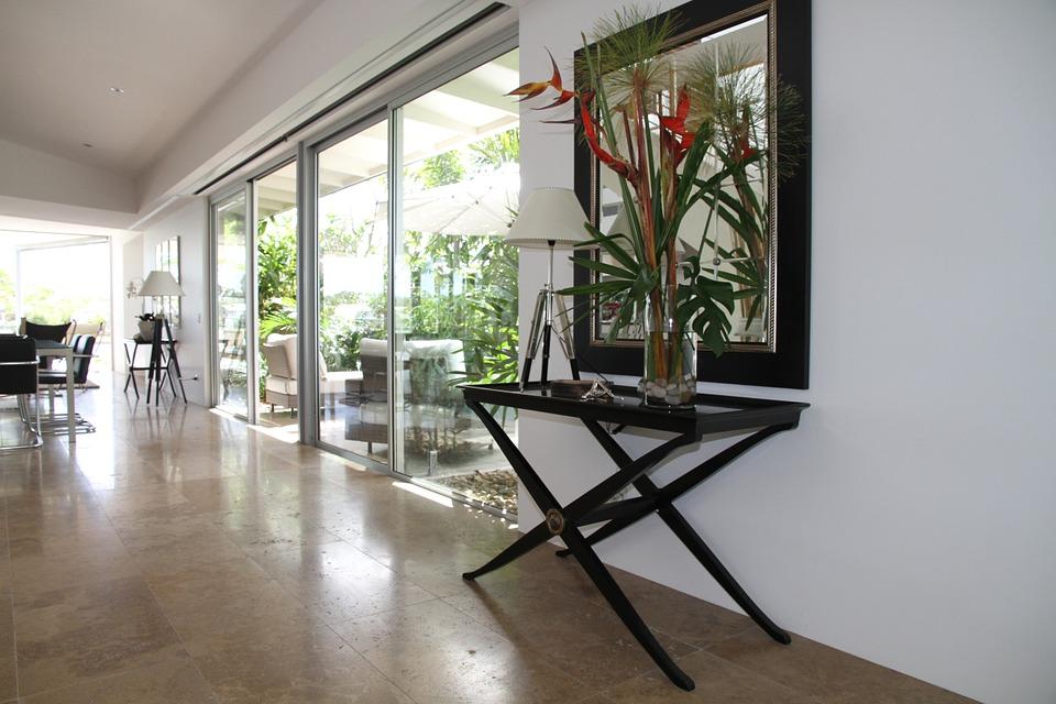 4 przykłady na nietypowe zastosowanie szkła na wymiar w domowym salonie?