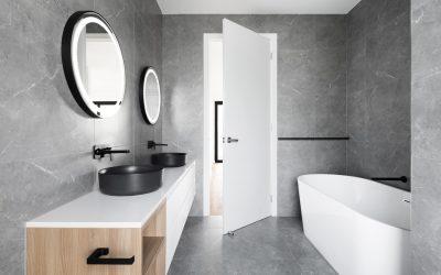 Łazienka ze szklanym blatem? Sprawdź, jakie ma zalety i czy sprawdzi się w Twoim domu!