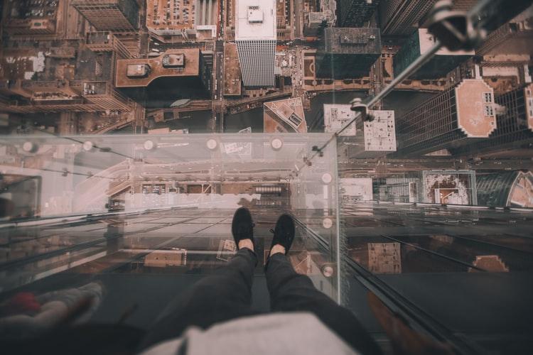 Zastosowanie szklanej podłogi 3D – gdzie się sprawdzi i na jaki wzór warto się zdecydować?